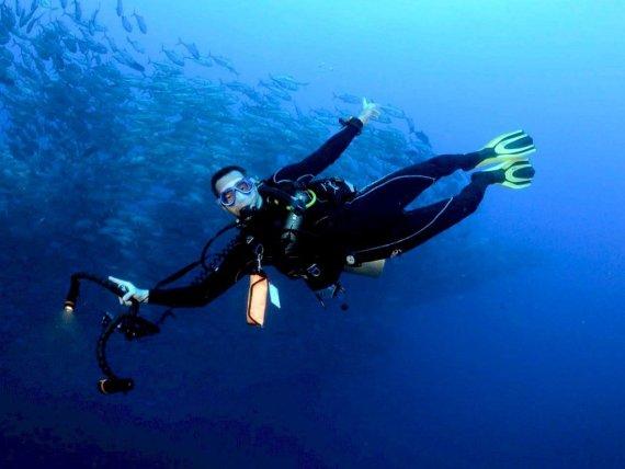 Un plongeur sous l'eau avec son appareil photo pour capturer la beauté de la plongée