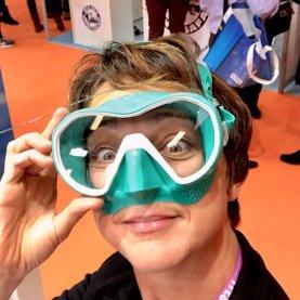 Hélène essayant un masque de plongée vert et blanc