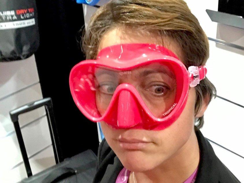 Hélène essayant un masque de plongée rose flash