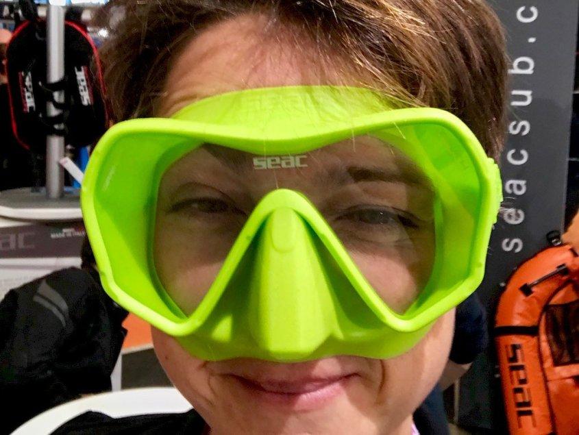 Hélène essayant un masque de plongée vert