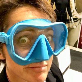 Hélène essayant un masque de plongée bleu pâle