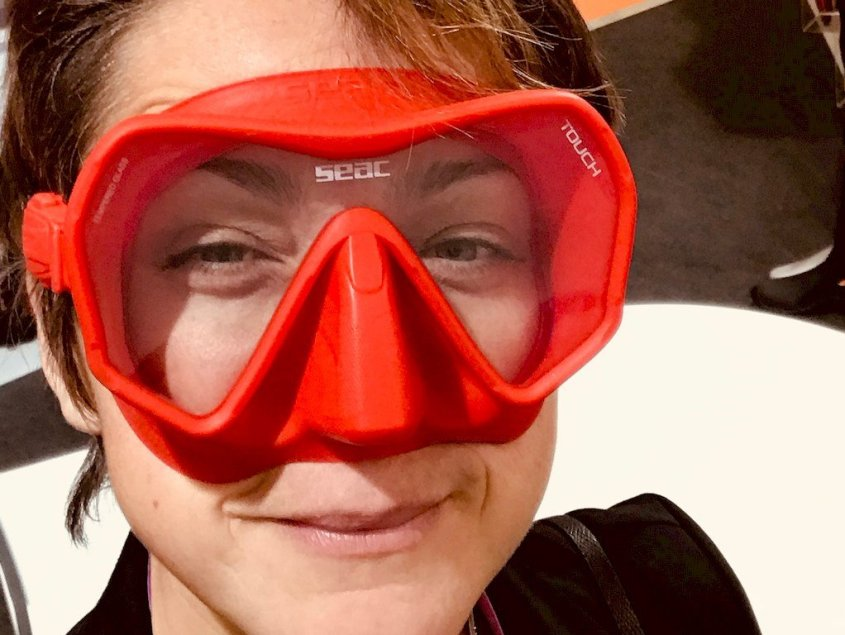 Hélène essayant un masque de plongée rouge