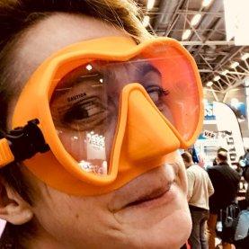 Hélène essayant un masque de plongée orange