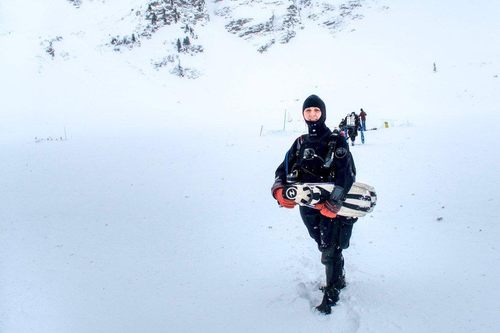 Hélène se dirige vers le lac pour plonger sous glace.
