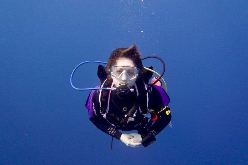 Hélène savoure sa plongée en Mer Rouge