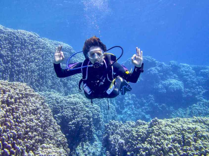 Hélène avec son gilet Rogue Aqua Lung dans les eaux de Mer Rouge