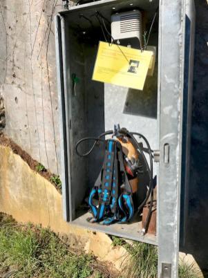 Bouteille de réserve et téléphone pour les cas d'urgence.