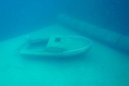 Un petit bateau sur le plateau des 6 m de la carrière de Vodelée