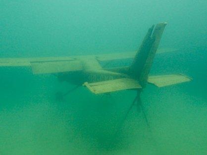 Un avion sous l'eau vu de l'arrière