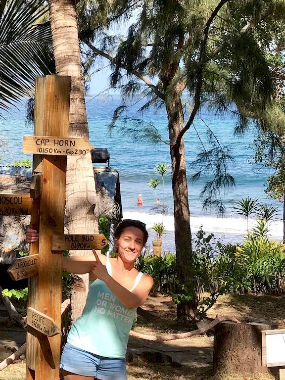 Hélène Adam de Different Dive devant l'hôtel O'lolo à Mayotte. Un endroit idéal pour plonger dans la passe en S