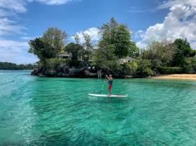 Une personne faisant du puddle pendant que d'autres sont parties plonger en Jamaïque