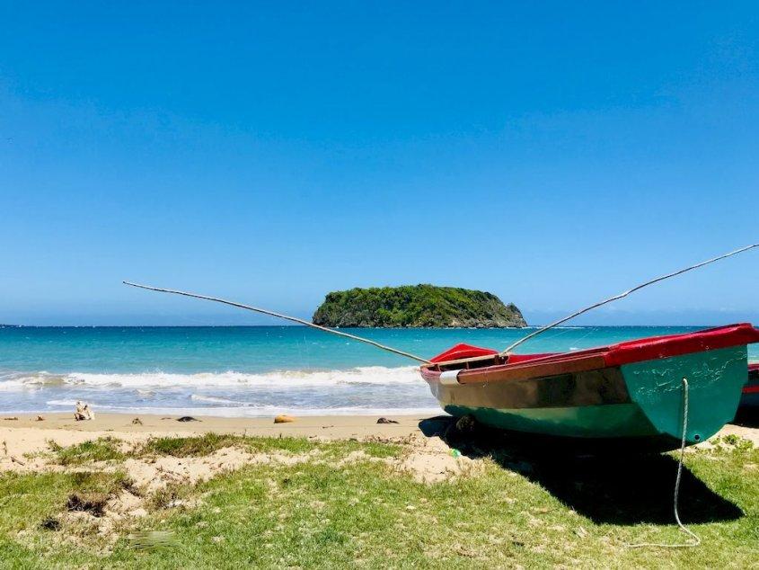 Une barque de pêcheur sur une plage en Jamaïque