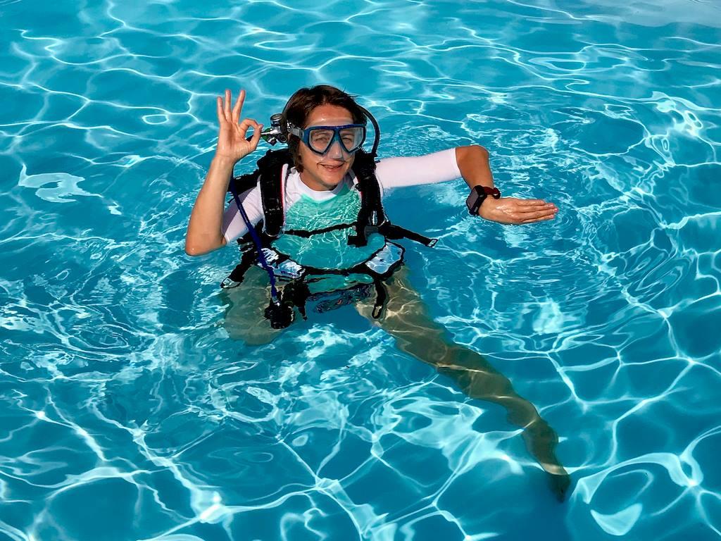 Hélène avec son ordinateur en plongée dans une piscine