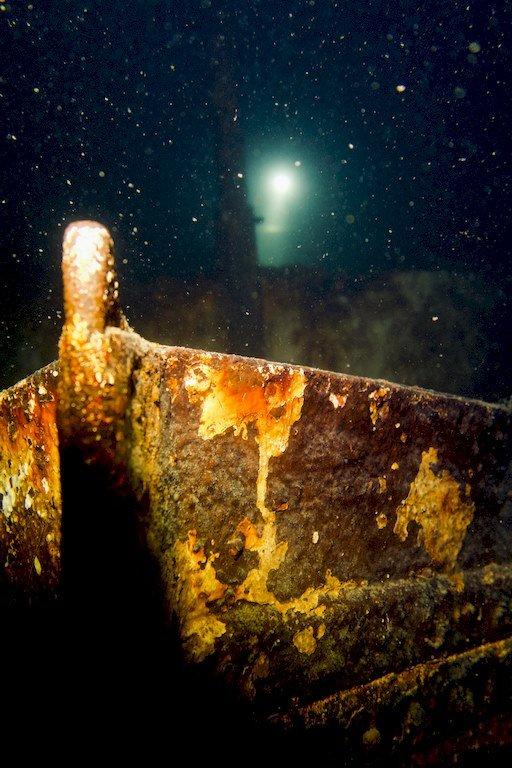 L'avant du remorqueur immergé sur un fond de -35m