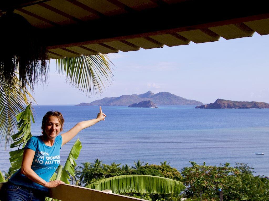Hélène montre les îles Choazi au large de M'Tsamboro à Mayotte
