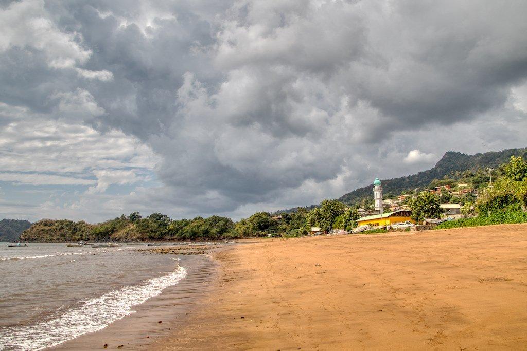 Plonger à Mayotte permet de découvrir aussi des paysages sur l'île de toutes beauté.