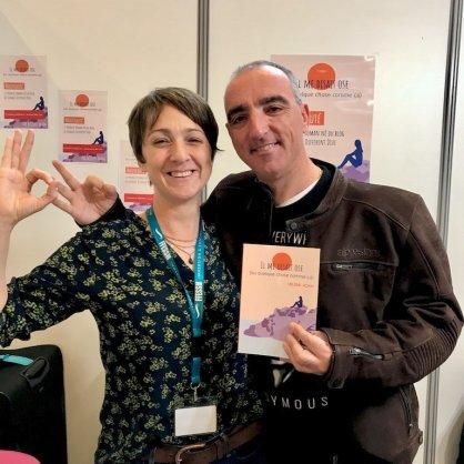 Hélène et un très chouette lecteur du blog prennent la pose devant le roman
