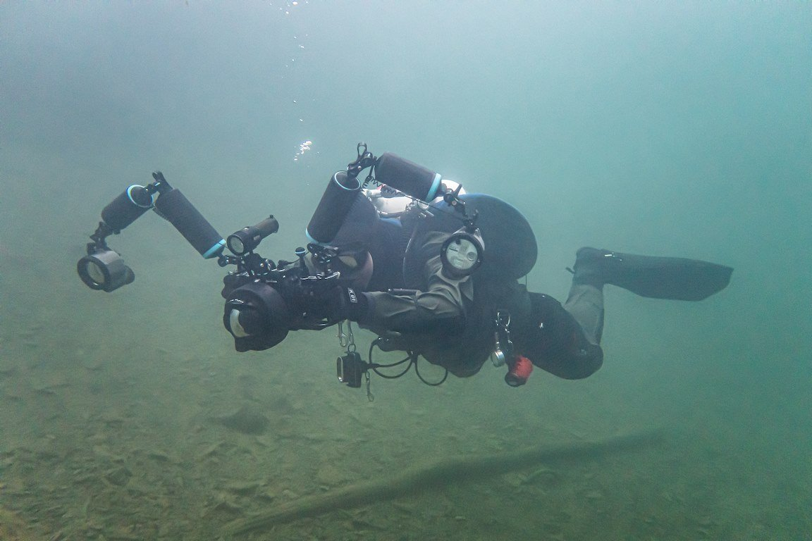 Laurent Miroult réalise une photo sous l'eau lors d'une plongée à Rochefontaine