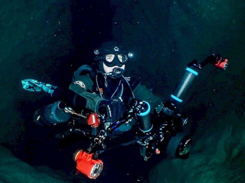 Laurent Miroult en plongée sous grotte.