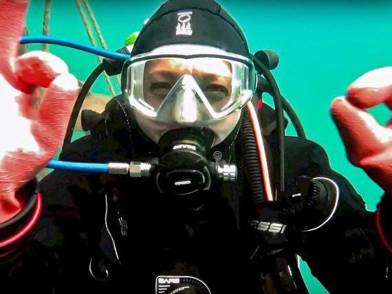 Les raisons qui font plonger peuvent être le plaisir de pratiquer une activité sous-marine comme c'est le cas pour cette plongeuse en eau froide.