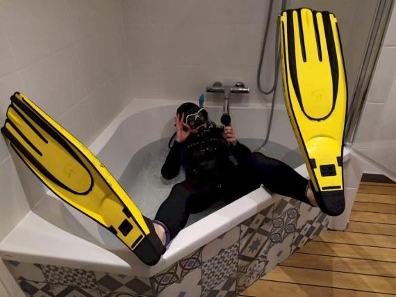 Le covid-19 fait faire des choses insolites aux plongeurs comme à celui-ci dans sa baignoire.