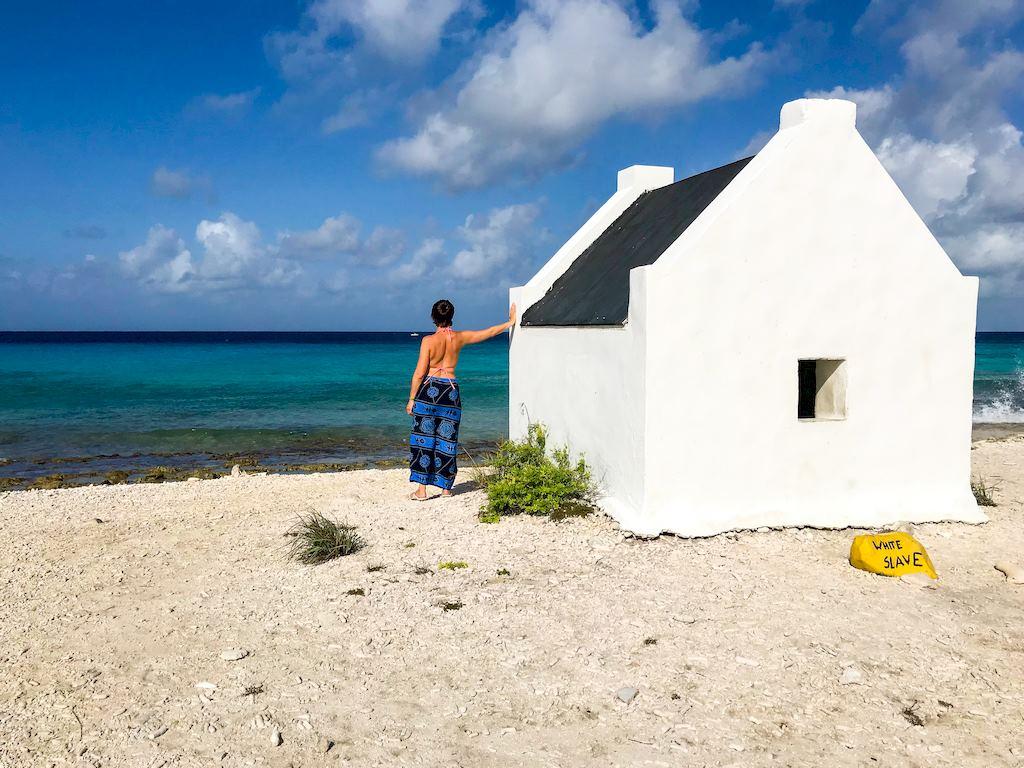 Hélène Adam s'apprête à plonger à Bonaire sur le site de White Slave