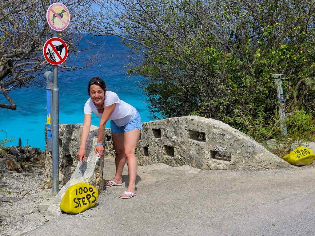 Hélène Adam devant le spot de plongée des 1000 marches à Bonaire.