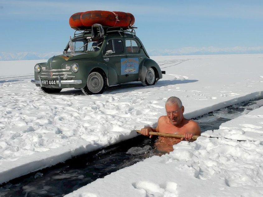 Un homme s'immerge dans l'eau gelée du la Baikal.