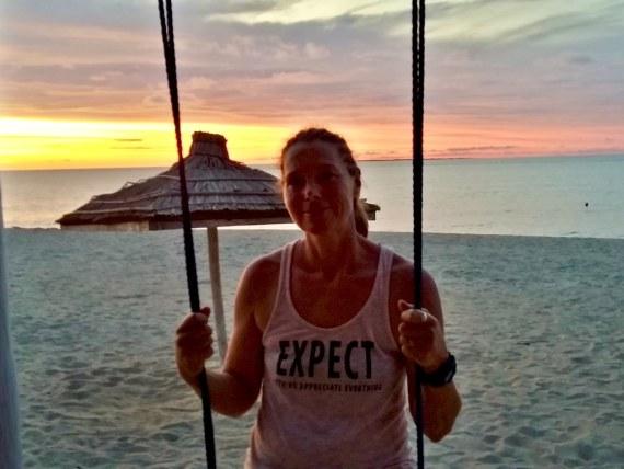 Lisa devant une plage qui a inspiré le livre Le mystère de la pirogue engloutie.