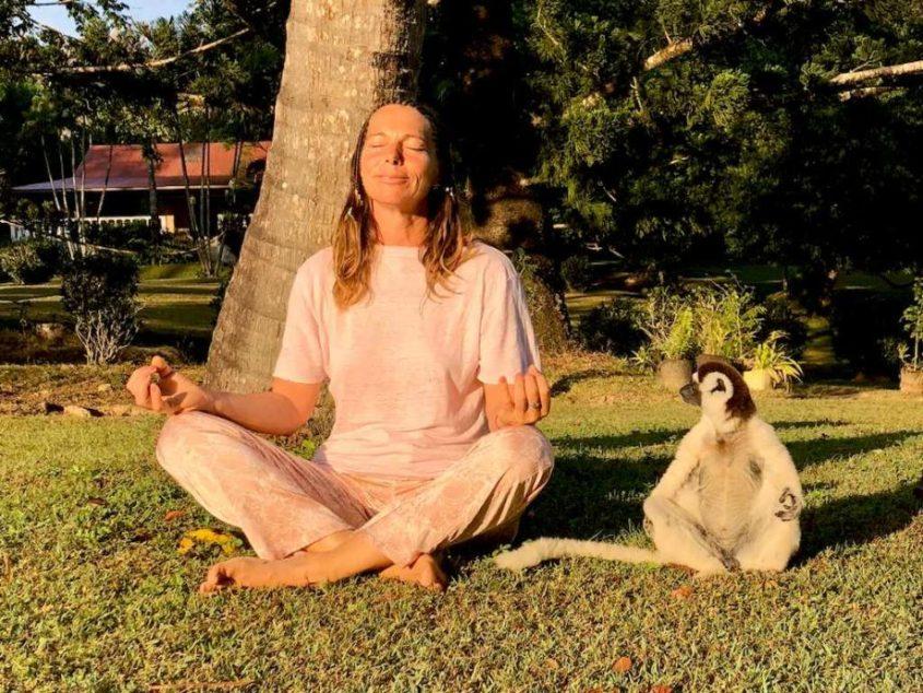Lisa Martinez en pleine méditation avec un lémurien.