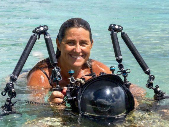 Emmanuelle Camallongua dans l'eau avec son matériel de photo sous-marine.