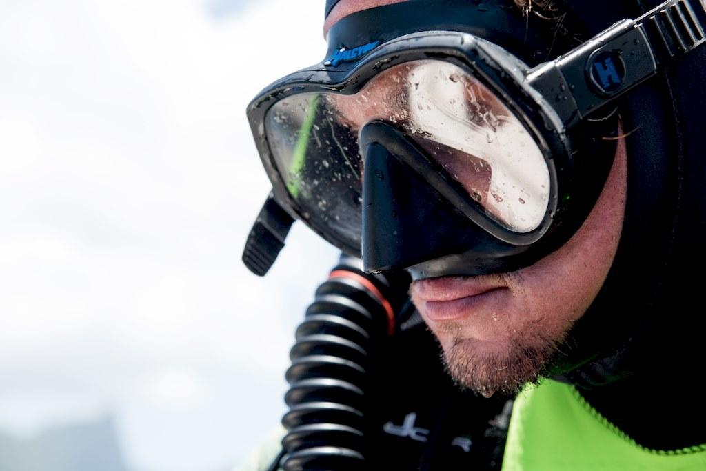 Nicolas est concentré sous son masque de plongée.