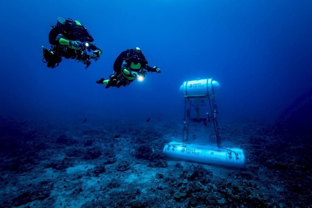 Les plongeurs de l'expédition Under The pole près de la capsule dans le fond de l'océan.