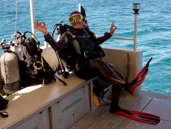 Commencer la plongée à 60 ans comme Nelly avec plaisir et bonne humeur comme ici sur le bateau de plongée.