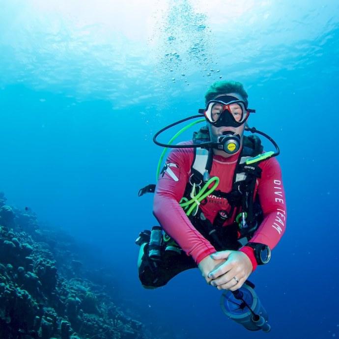 Le dive master du centre de plongée part chasser le Lion fish