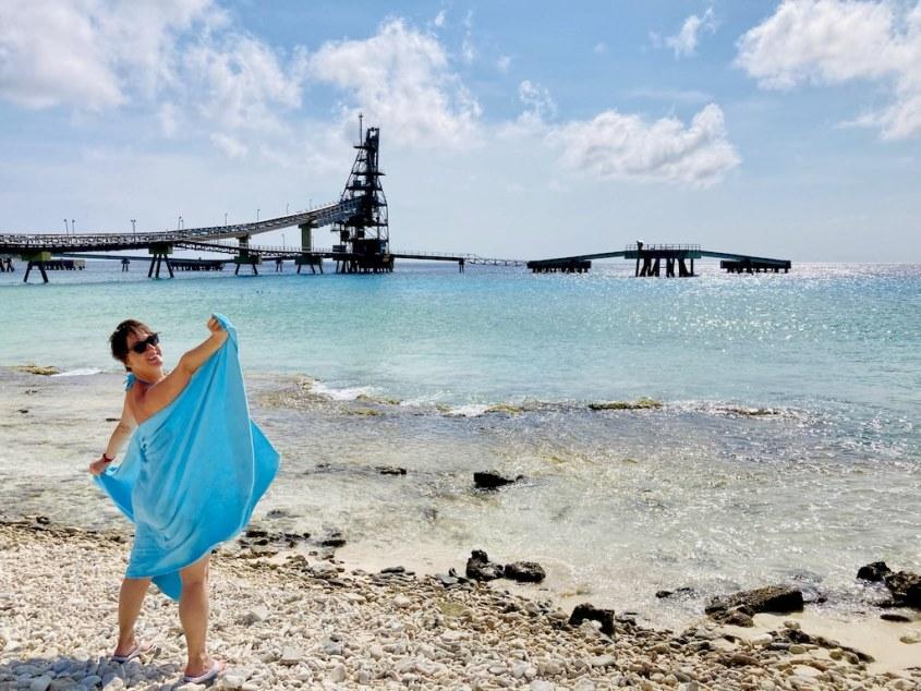 Hélène Adam devant le site de plongée du Salt Pier à Bonaire