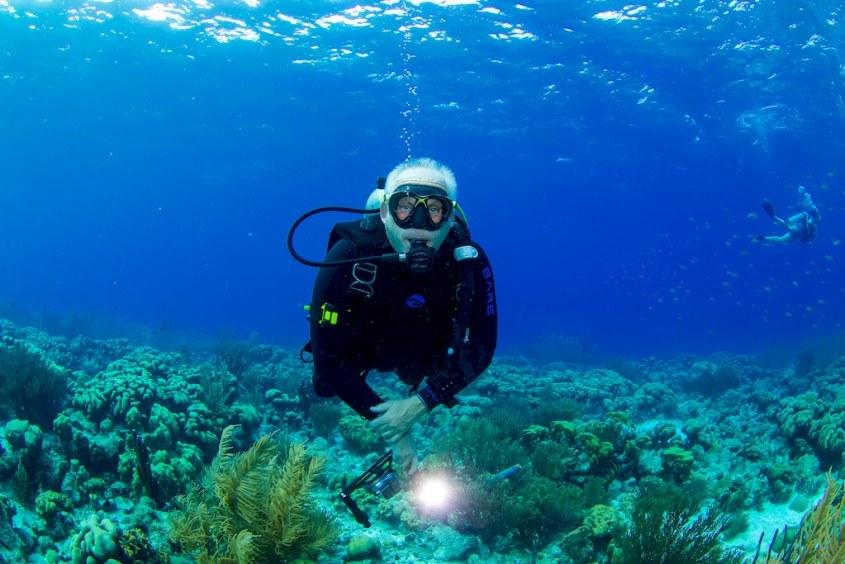 Didier dans les eaux de Bonaire avec sa combinaison VELOCITY Ultra de BARE.
