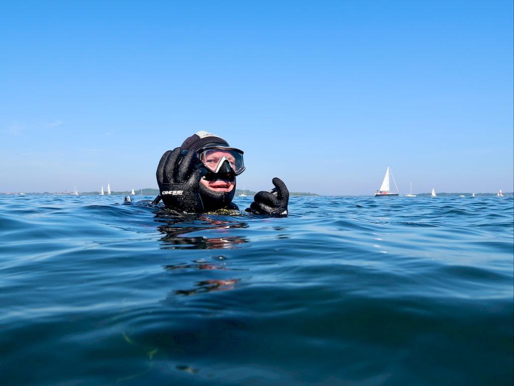 Ce plongeur se prépare pour une plongée solo en Zélande.