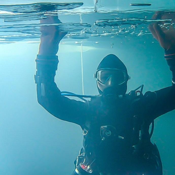 Hélène Adam fait une plongée sous glace dans le lac de Lioson en Suisse.