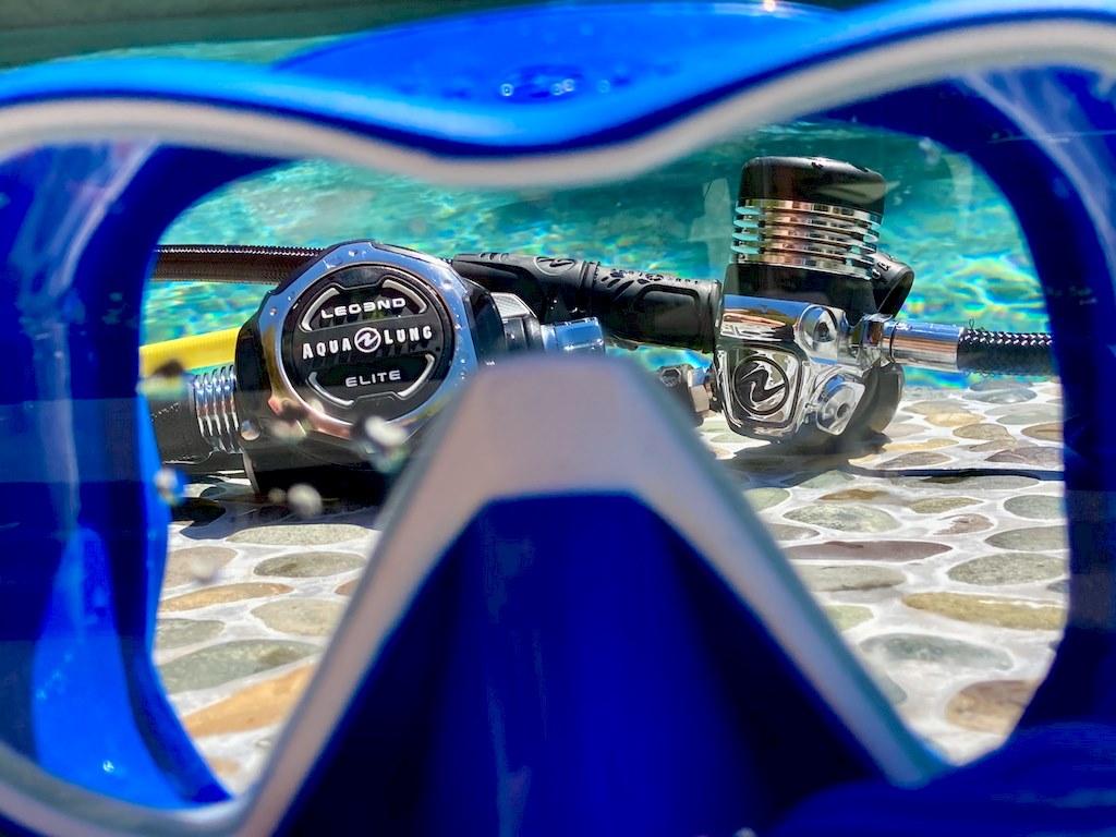 Le détendeur Aqua Lung Legend 3 Elite vu à travers un masque de plongée bleu.