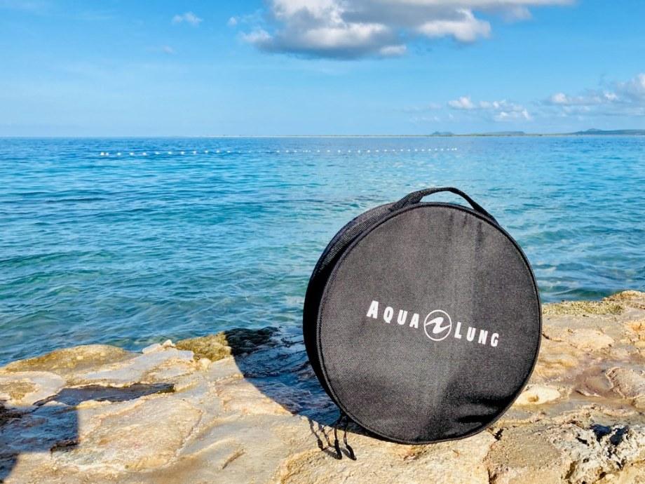 Une housse de protection de détendeur Aqua Lung posée devant la mer à Bonaire.