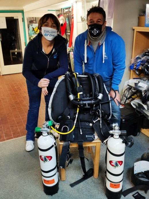 Hélène Adam et Victor Yazbeck dans le magasin de plongée Nérée à Namur.