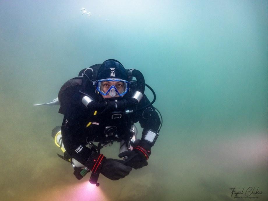 Hélène Adam plongeant avec le recycleur Horizon de Mares.