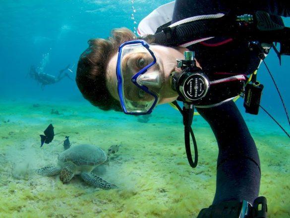 Les rêves de plongeurs se résument parfois à rencontrer une tortue comme Hélène ici dans les eaux de Bonaire.