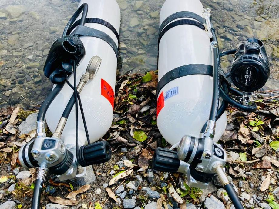 Le matériel pour la plongée en sidemount comprend deux bouteilles comme celles-ci.