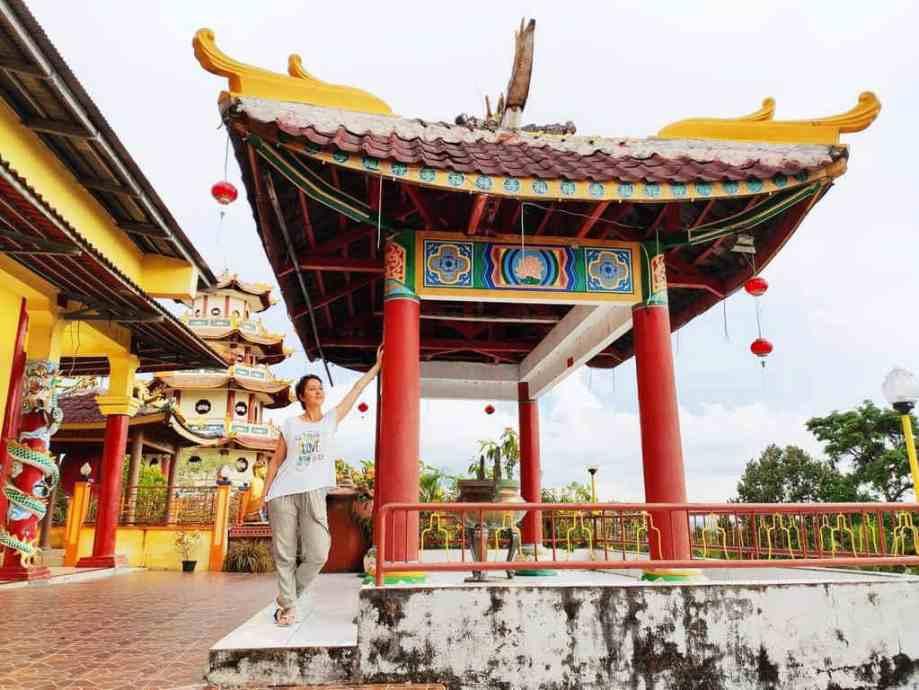 Hélène Adam au temple bouddhiste de Sorong.
