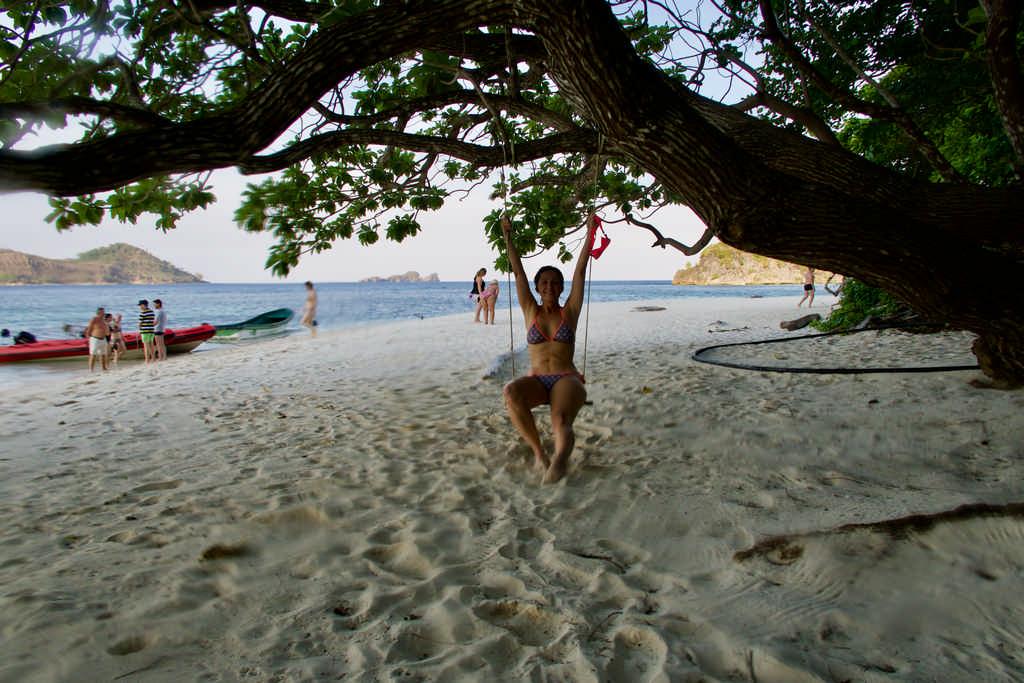 Pause sur un ilot lors d'une croisière pour plonger à Raja Ampat. Hélène Adam fait de la balançoire.