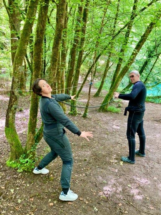 Hélène Adam et Mike Doumont attachés par une corde.