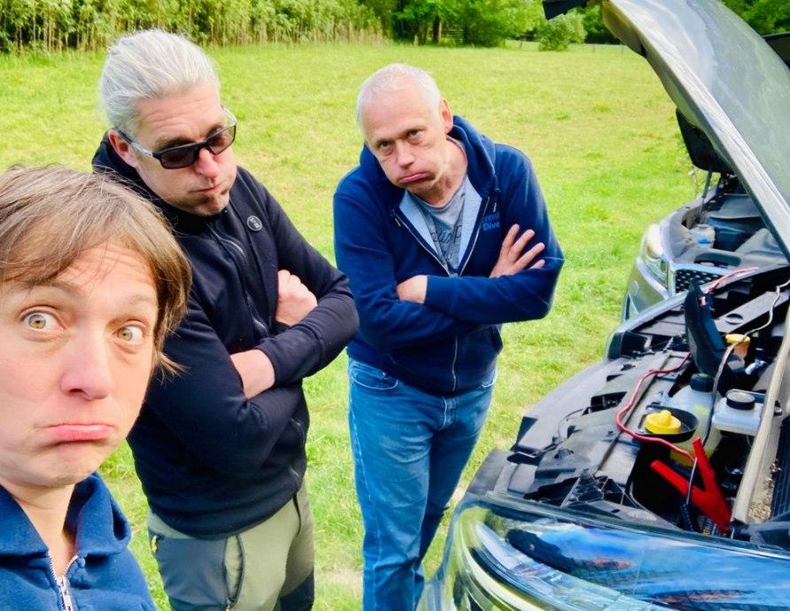 Hélène Adam, Mike Doumont et Didier devant une voiture en panne au Ressel.