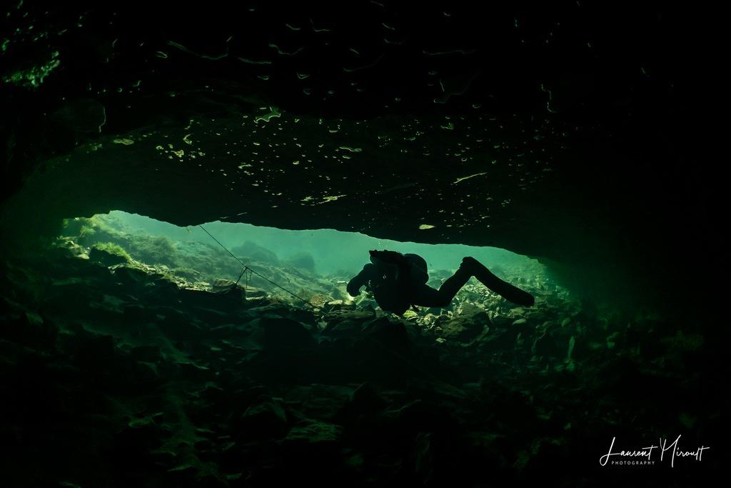 Hélène Adam sort de la résurgence de l'oeil de la Doue pour une plongée souterraine avec Laurent Miroult.
